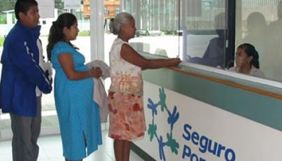 Pacientes del Seguro Popular piden ayuda a regidores
