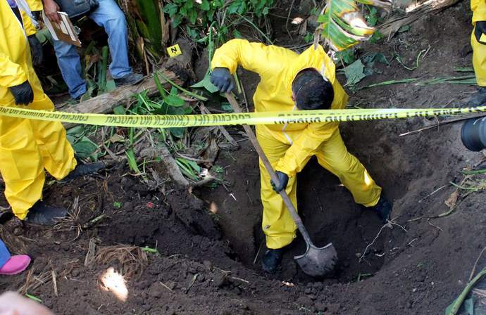 Sacan 119 bolsas con restos humanos de fosa clandestina