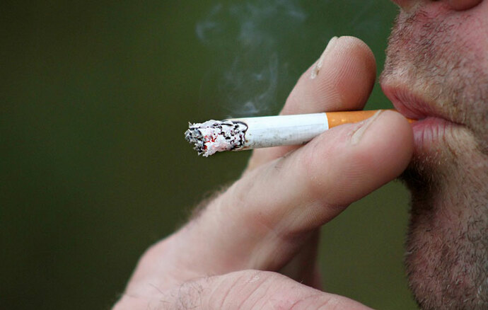 ¿Se puede transmitir el Covid-19 mediante el humo del cigarro?