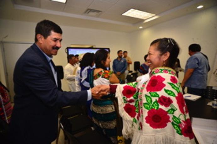Etnias de Juárez piden a Corral terrenos para viviendas