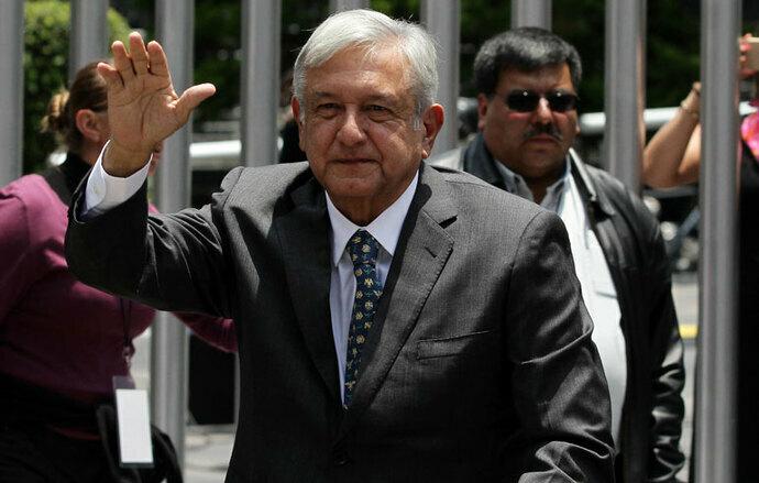 """López Obrador evade pregunta y llama """"corazoncitos"""" a reporteros"""