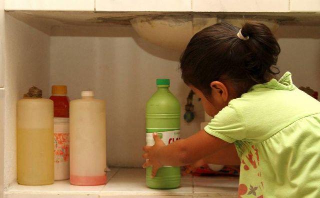 Muere niño de 2 años por tomar cloro