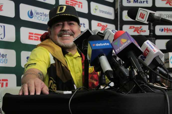 Detienen a Maradona en aeropuerto de Argentina