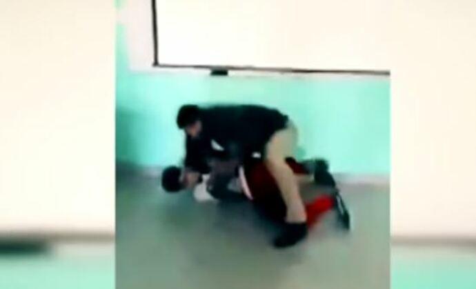 Graban a profesor golpeando a alumno en salón de clases