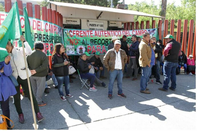 Amagan campesinos con sabotear desfile revolucionario