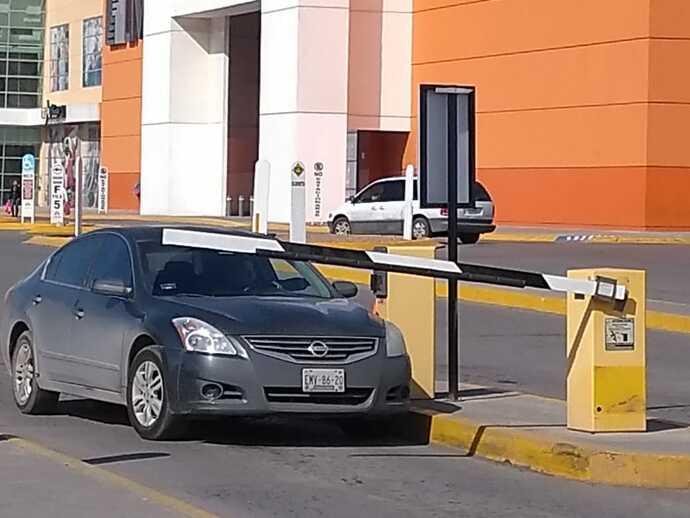 Piden senadores garantizar estacionamientos gratuitos en Centros Comerciales