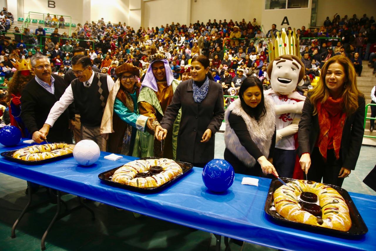 Parten rosca de reyes más de 4 mil personas en Gimnasio de Bachilleres