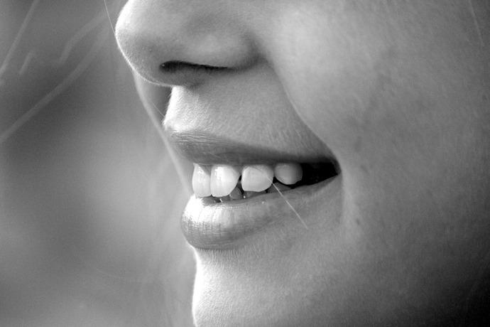 Mujer se somete a una liposucción y sale de la operación con una nueva nariz