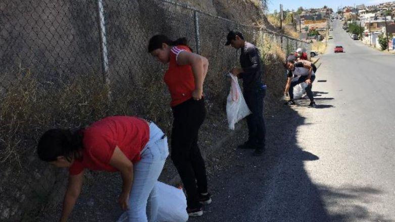Jóvenes de Bachilleres 4, limpian alrededores de su escuela
