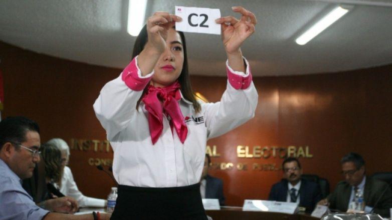 INE celebra sorteo para participación de candidatos en debate de Puebla