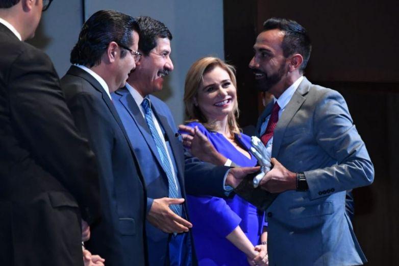 Asiste Cabada a Premios CRIT como invitado especial