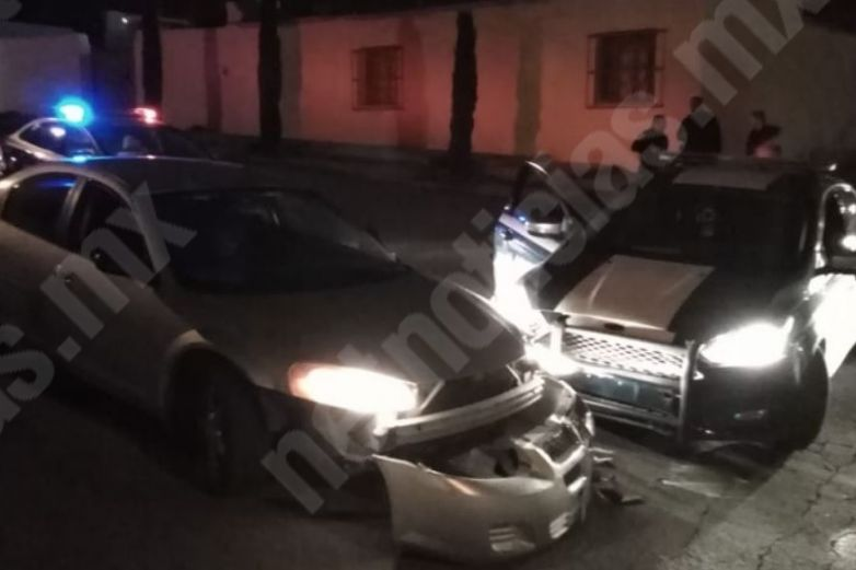 Policías chocan contra auto en la San Rafael
