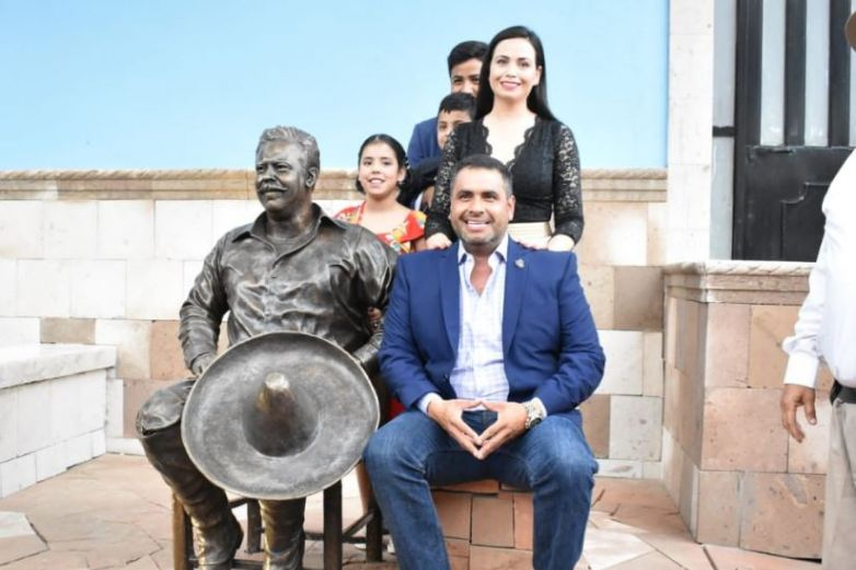 Colocan estatua de Pancho Villa donde fue asesinado