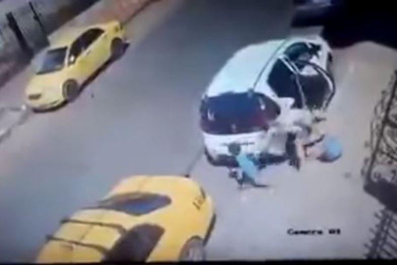 Madre se distrae, niño corre a la calle y muere atropellado
