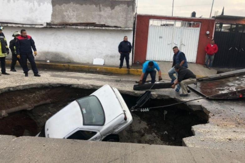 Se abre socavón de tres metros; caen dos vehículos