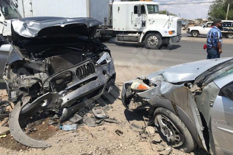 Destrozan autos en choque en la Pérez Serna