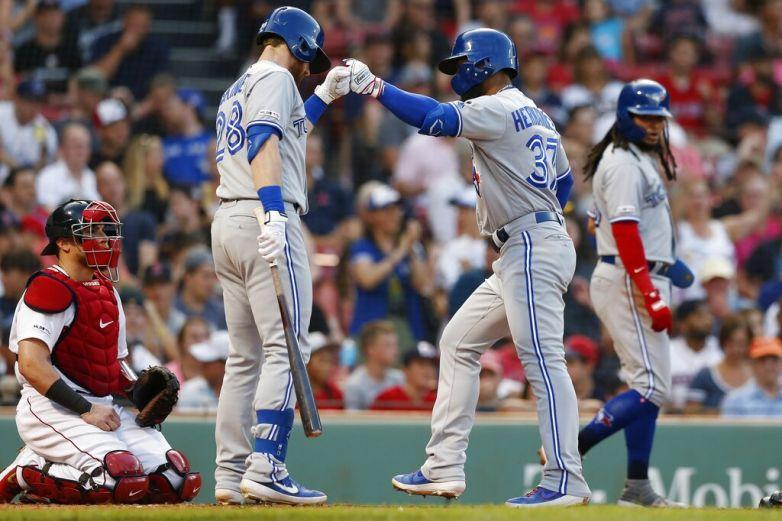 Hernández y Gurriel guían a Azulejos a triunfo ante Boston