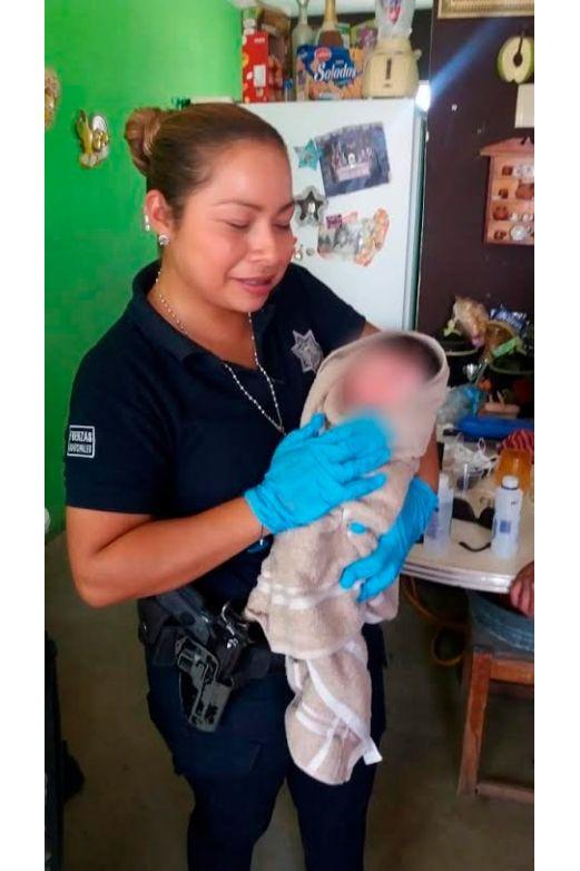 Daba a luz en su casa; policías llegan y la auxilian