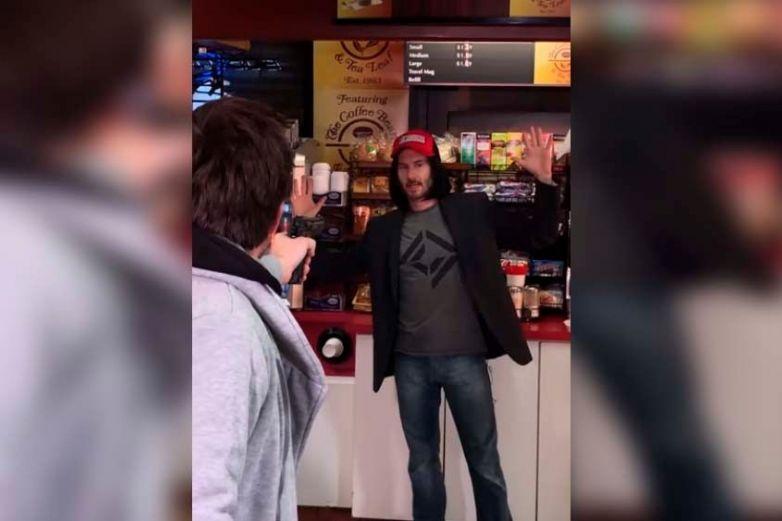 'Keanu Reeves' somete a  ladrón en un autoservicio