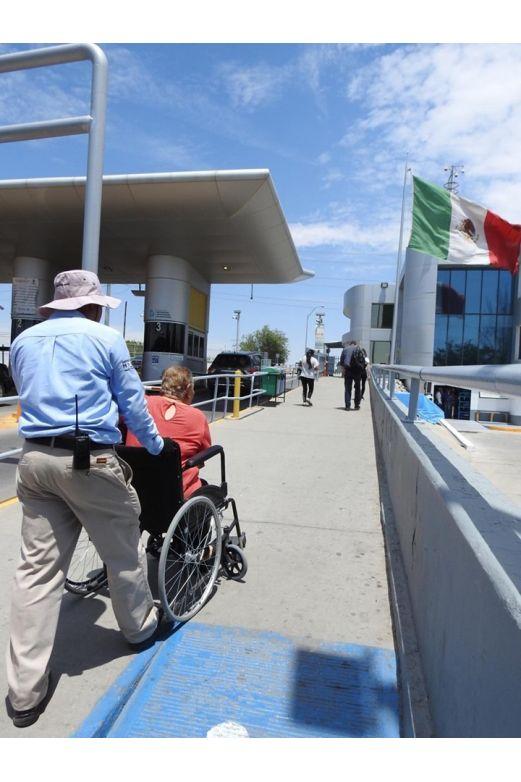 Auxilian a discapacitados a cruzar en puentes fronterizos