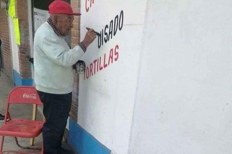 Abuelito conmueve con su amor por trabajar