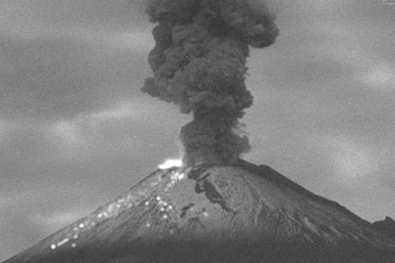 Lanza Popocatépetl columna eruptiva de ceniza