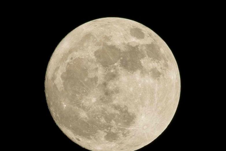 Capturan espectacular 'Luna de Cosecha' alrededor del mundo