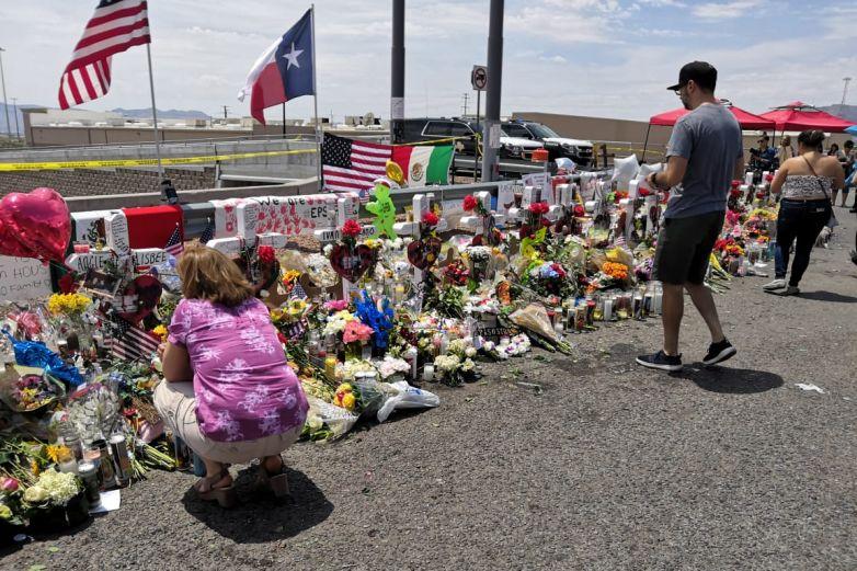 Realizan actividades para recordar a las víctimas de masacre en Walmart