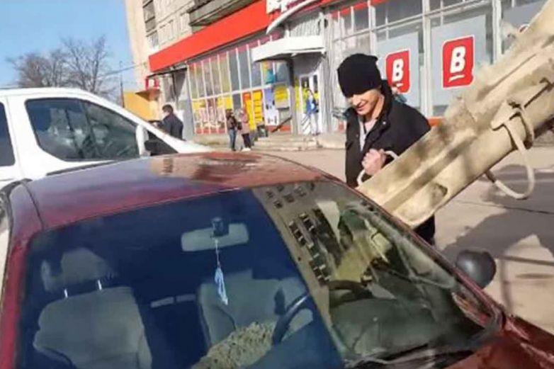 Su mujer le es infiel; le llena el auto de concreto