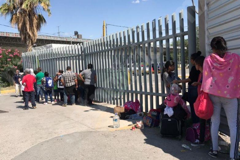 Migrantes esperan en el Puente Zaragoza