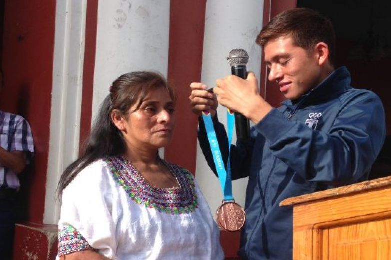 Deportista regala medalla a su madre por criarlo solo