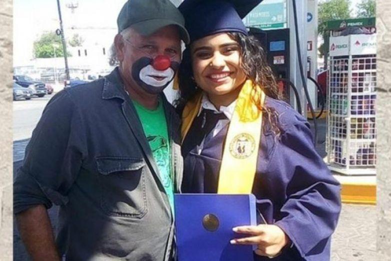 Trabaja como payasito para que su hija termine la universidad