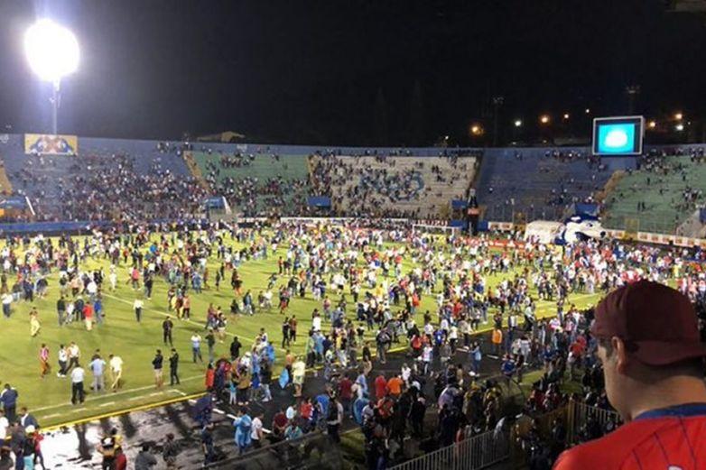 Batalla campal en estadio de Honduras deja 4 muertos
