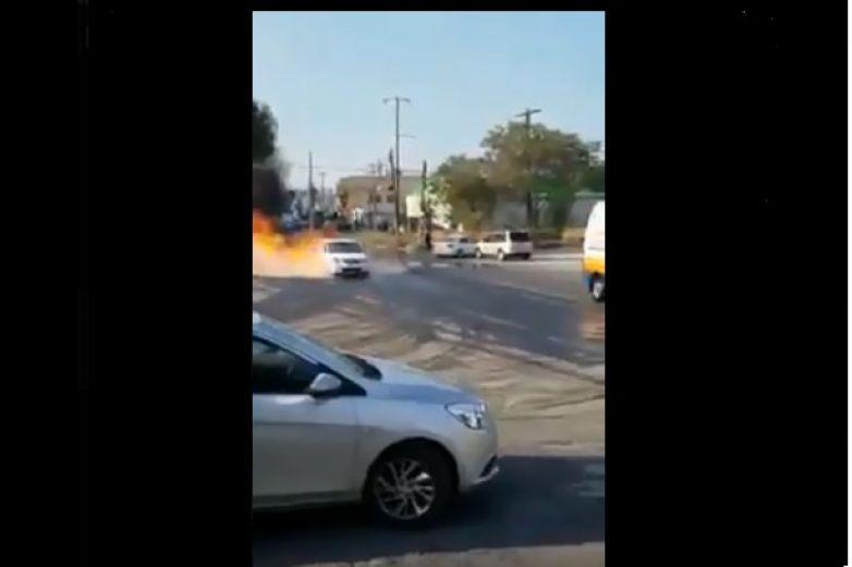 Se salvan de morir al escapar a tiempo de auto en llamas