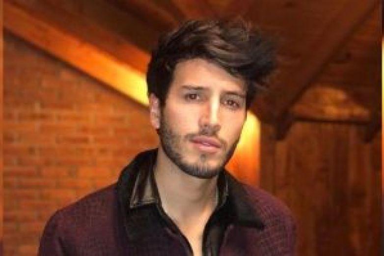 Tras rasurarse, Sebastián Yatra es comparado con Bella Thorne