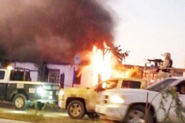 Comando armado incendia casa con niños adentro en Sonora