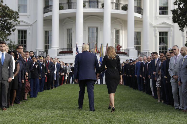 Guarda Trump minuto de silencio en aniversario del 11-S