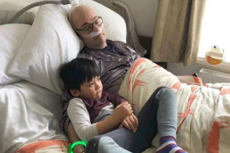 Médico comparte su 'momento final' antes de morir al lado de su hijo