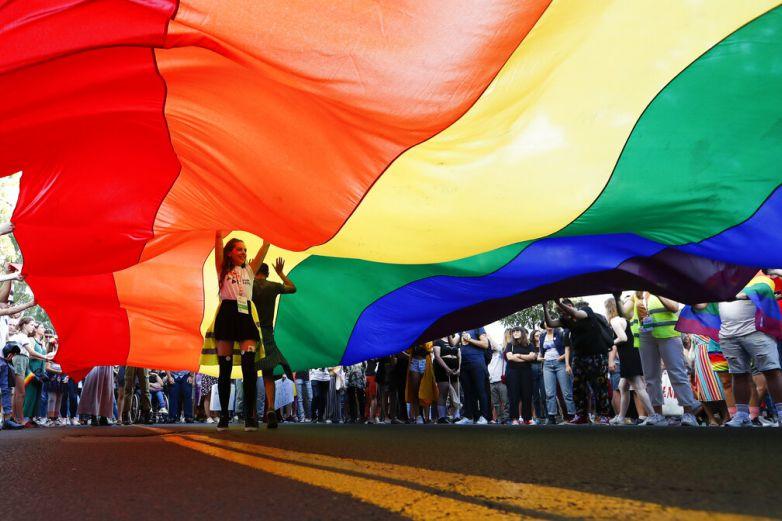 Atacan marcha gay en Serbia