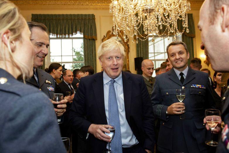 Renuncia asesor de primer ministro de Reino Unido por comentarios racistas