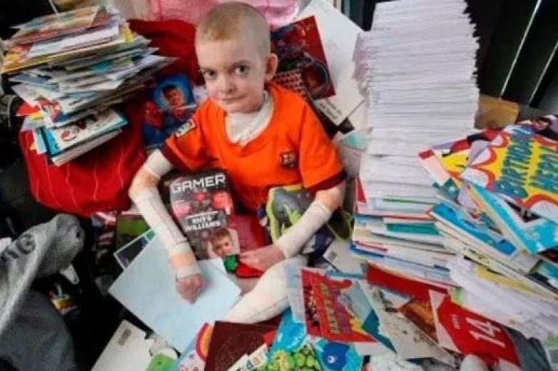Miles de cartas animan a niño con dolorosa enfermedad en la piel