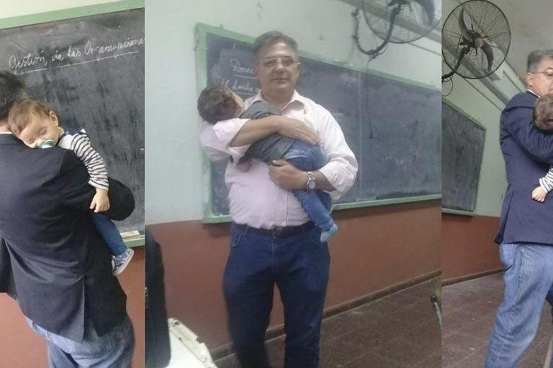 Maestro ayuda a cargar bebé de alumna para que ella tome notas de la clase