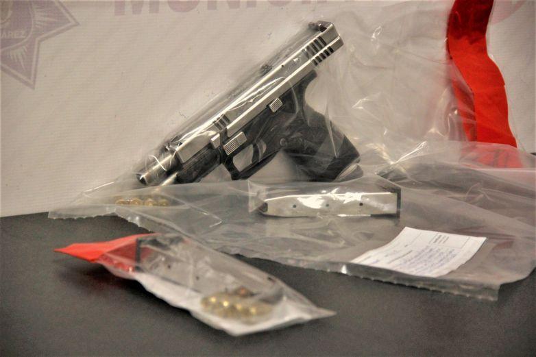 Encuentran arma y balas en tambo de basura