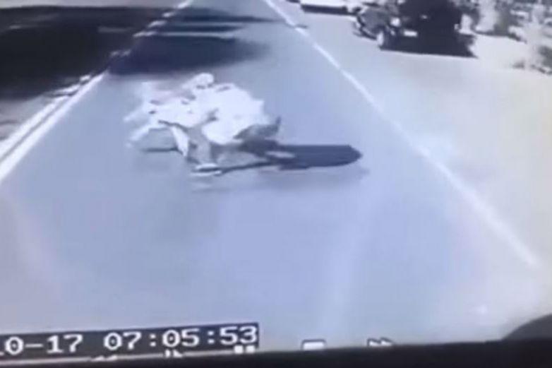Papá descuida un segundo a su hijo, al salvarlo muere atropellado