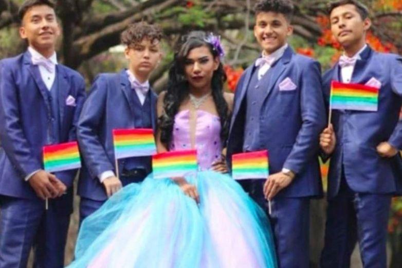 Joven gay cumple sueño y celebra XV años con vestido