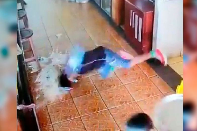 Mesero se resbala con cerveza derramada y golpea su cabeza