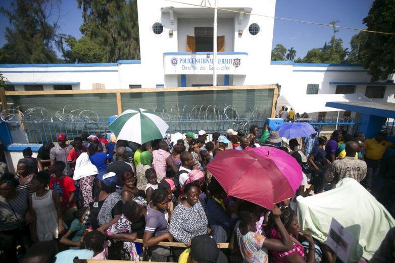 Buscan haitianos buscan atención médica en buque de EU