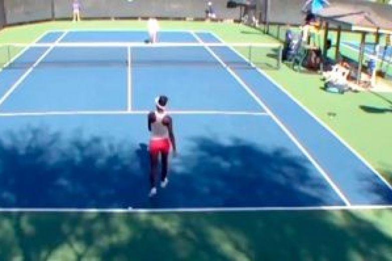 Mujer casi golpea a jugadora de tenis por apretón brusco de manos