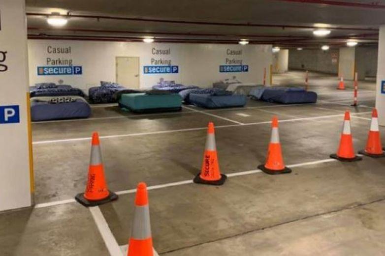 Estacionamiento pone camas para indigentes durante las noches