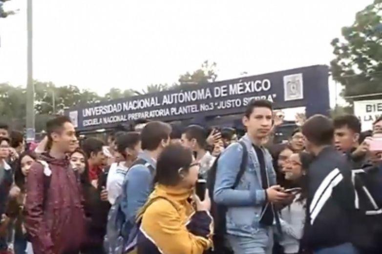 Alumnas toman preparatoria en CdMx denunciando acoso sexual de maestros